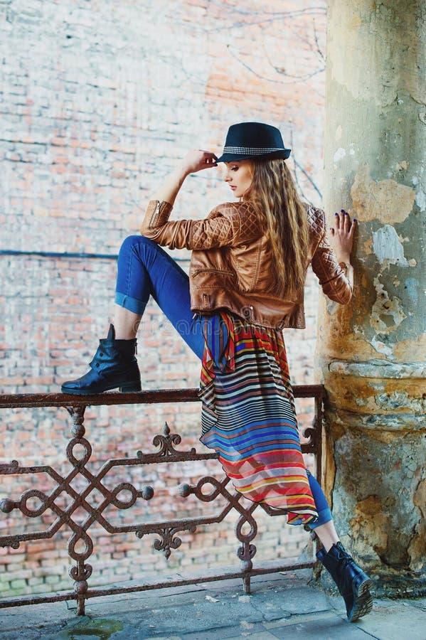 都市样式美好女孩摆在 免版税库存照片