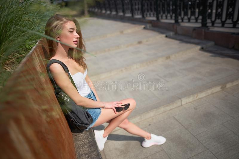 都市游客中行走的美丽少女 图库摄影