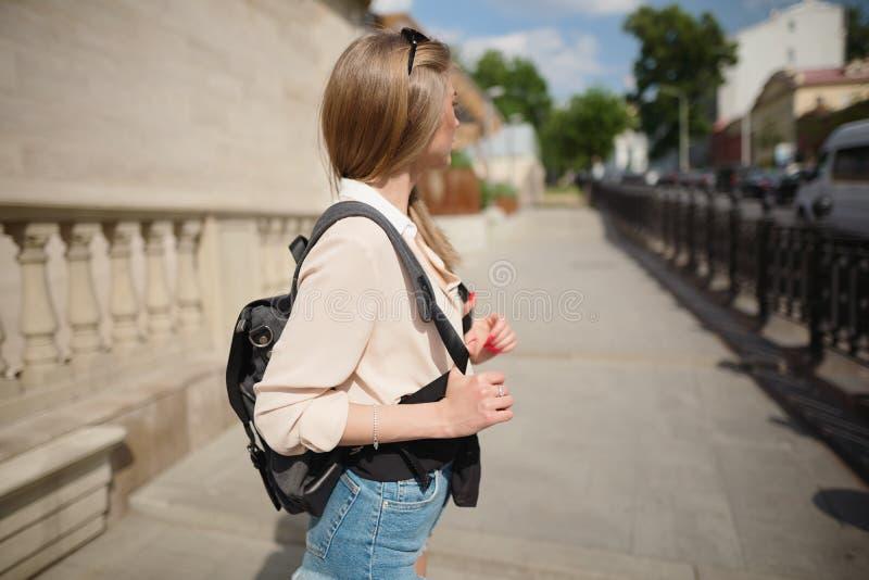 都市游客中行走的美丽少女 免版税库存照片