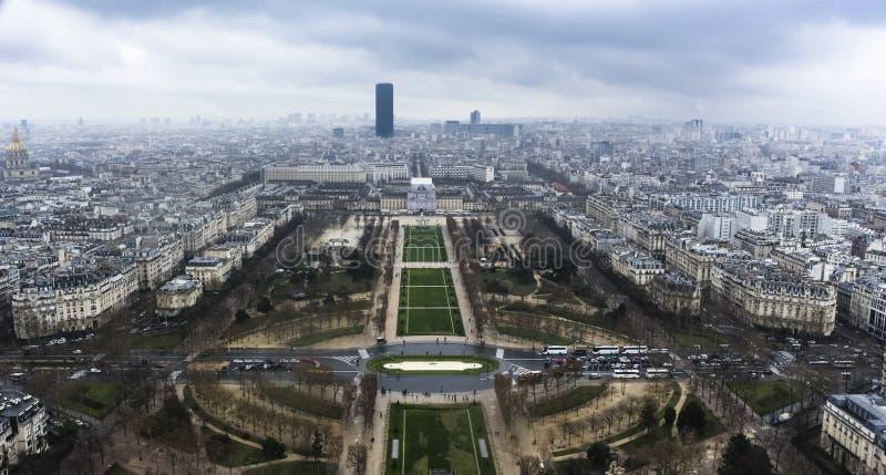 都市的巴黎从上面-从艾菲尔铁塔-,天空和大厦 库存图片