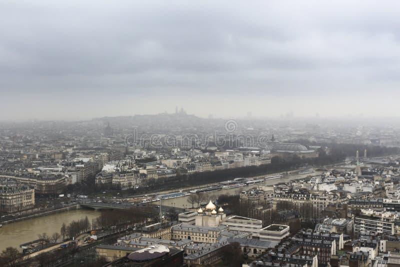 都市的巴黎从上面-从艾菲尔铁塔-,天空和大厦 免版税库存图片