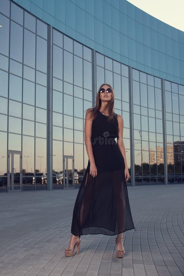 都市背景的时髦的女人 免版税库存图片