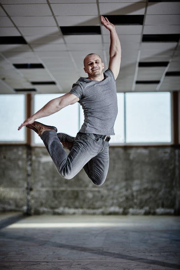 都市舞蹈家跳跃 免版税库存照片