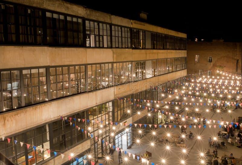 都市艺术区域Fabrika现代设计庭院与里面青年党的 图库摄影