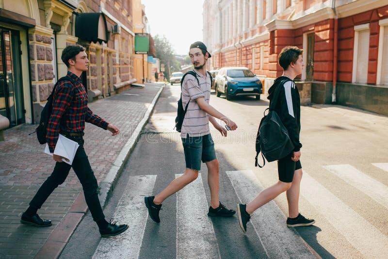 都市街道生活方式bffs少年行人穿越道 库存照片