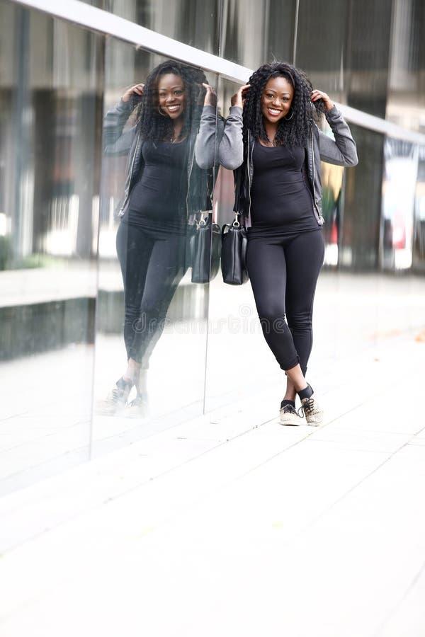 都市街道的微笑的活泼的少妇 库存图片