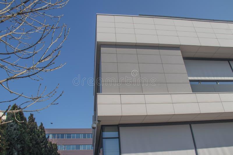 都市都市现代建筑 带玻璃墙的外墙,反射周围建筑物 全新的商用建筑 图库摄影