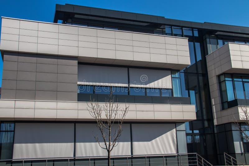 都市都市现代建筑 带玻璃墙的外墙,反射周围建筑物 全新的商用建筑 免版税库存照片