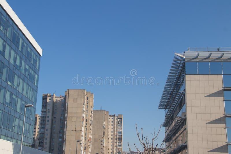 都市都市现代建筑 带玻璃墙的外墙,反射周围建筑物 全新的商用建筑 免版税图库摄影