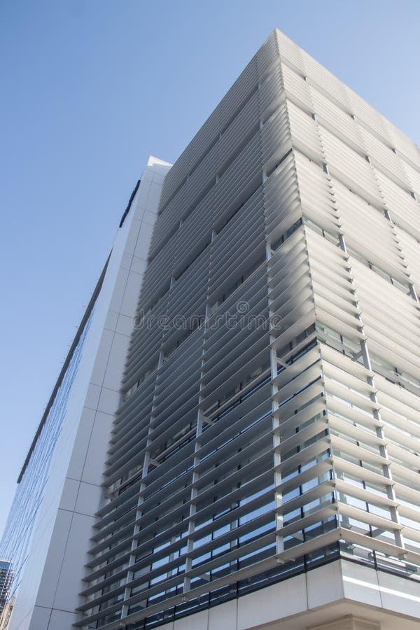 都市都市现代建筑 带玻璃墙的外墙,反射周围建筑物 全新的商用建筑 免版税库存图片