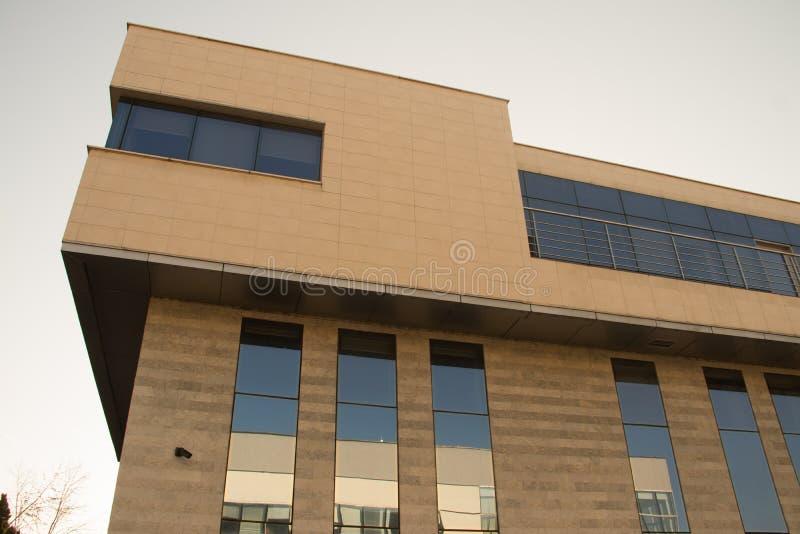 都市都市现代建筑 带玻璃墙的外墙,反射周围建筑物 全新的商用建筑 库存图片