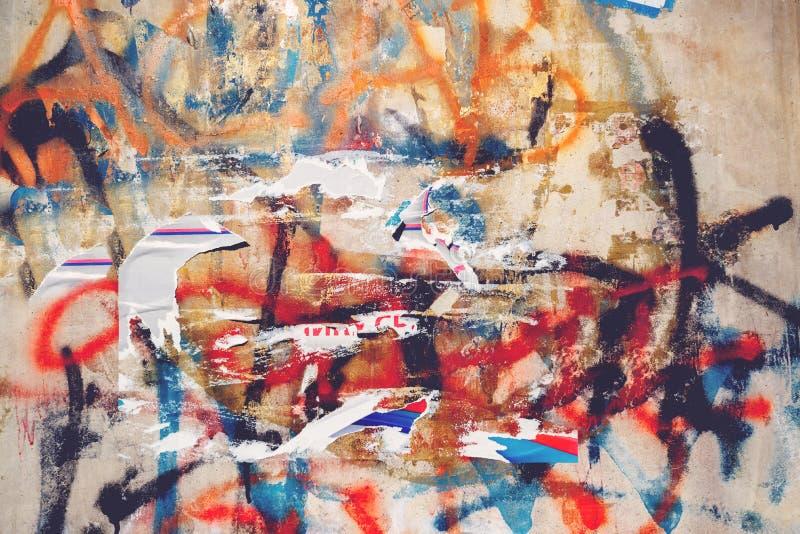 都市难看的东西纹理、被撕毁的海报和街道画在街道墙壁上 免版税库存照片