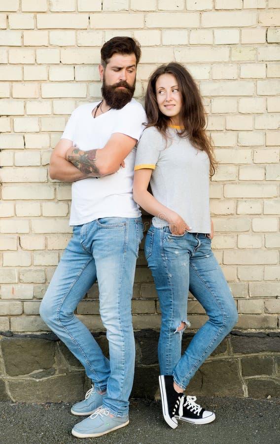 都市青年时期在日期 偶然会议 有胡子的人和女友 在爱浪漫日期杂乱的一团户外砖的夫妇 库存图片