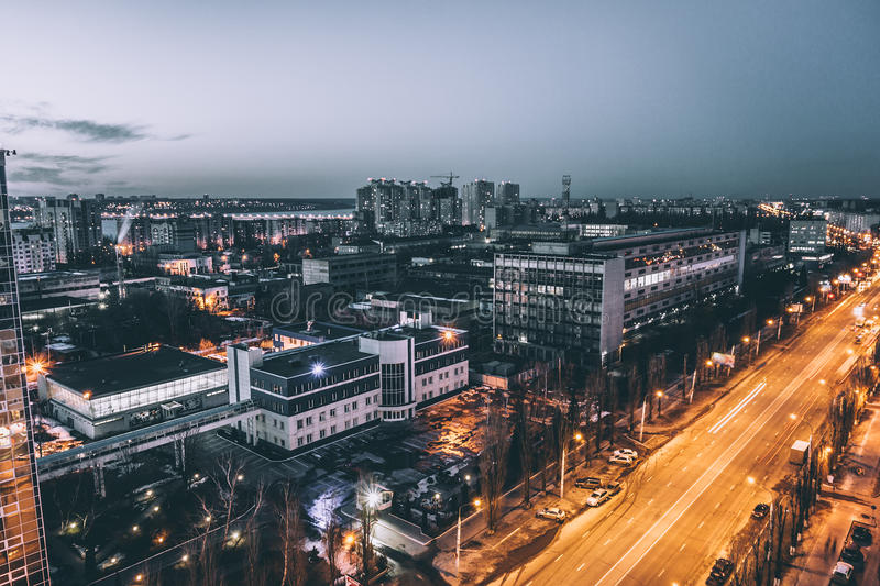 都市风景、沃罗涅日市剧烈的喜怒无常的口气的和冷的颜色,夜 免版税库存照片