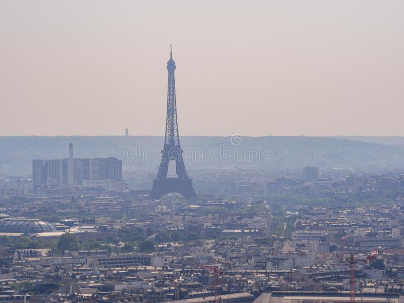 都市风景下午鸟瞰图与埃菲尔铁塔的从巴黎圣心圣殿  库存照片