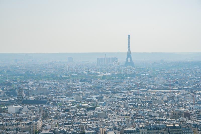 都市风景下午鸟瞰图与埃菲尔铁塔的从巴黎圣心圣殿  免版税库存图片
