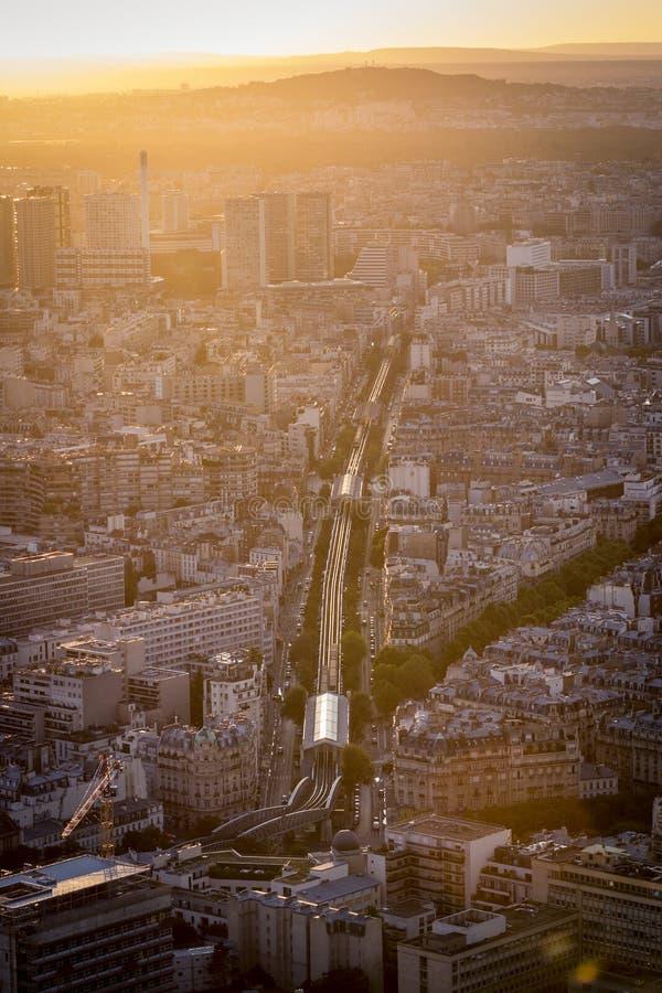 都市风景从上面在金黄日落 库存照片
