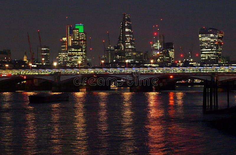 都市风景伦敦晚上 免版税图库摄影