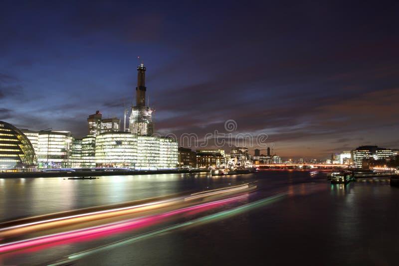 都市风景伦敦现代晚上 库存照片