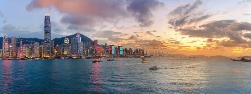 都市风景和地平线全景视图在维多利亚港口日落时间的 免版税库存照片