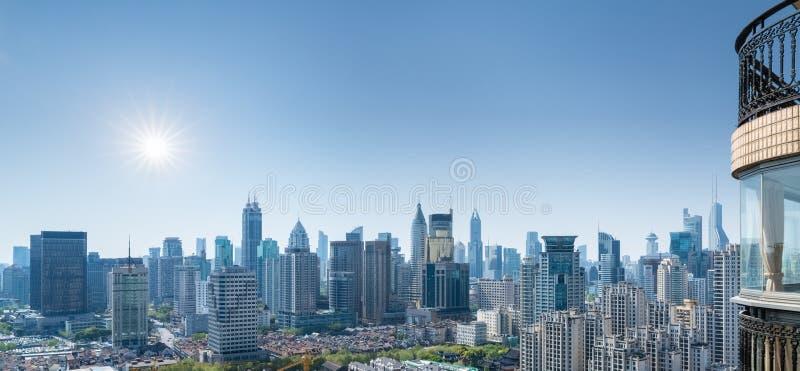 都市风景和地平线在阳台 库存照片