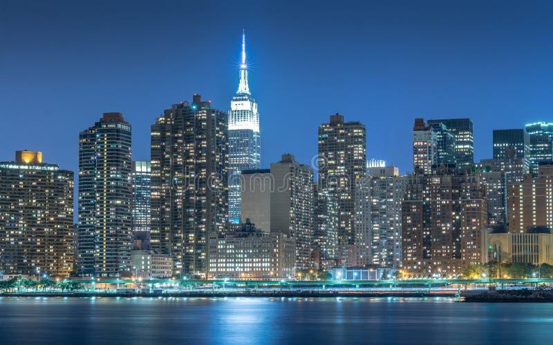 都市风景在曼哈顿在晚上,纽约 免版税库存图片