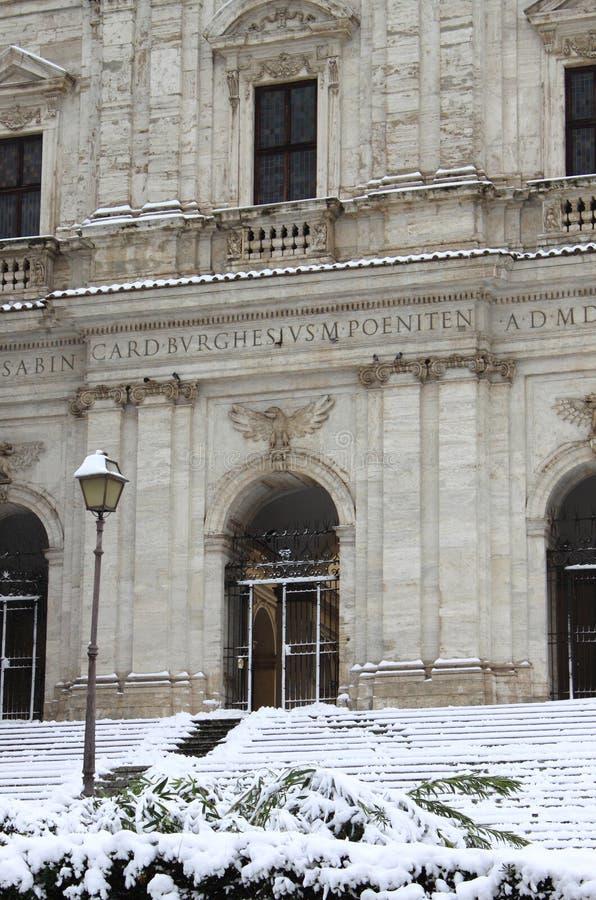 都市风景在雪下的罗马 免版税库存照片