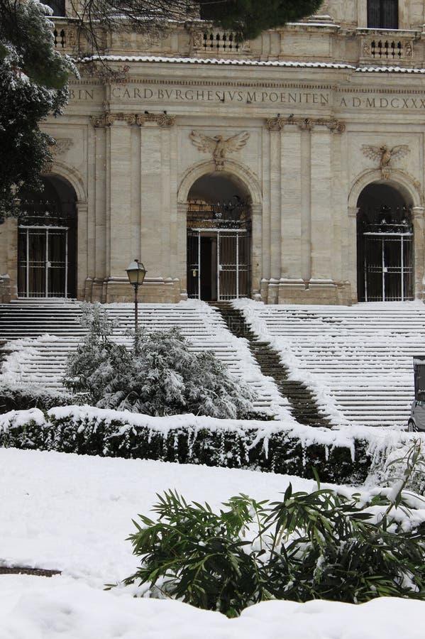 都市风景在雪下的罗马 图库摄影