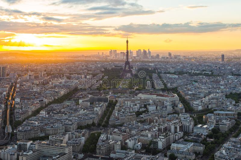 都市风景地平线看法与艾菲尔铁塔的在巴黎,法国 库存照片