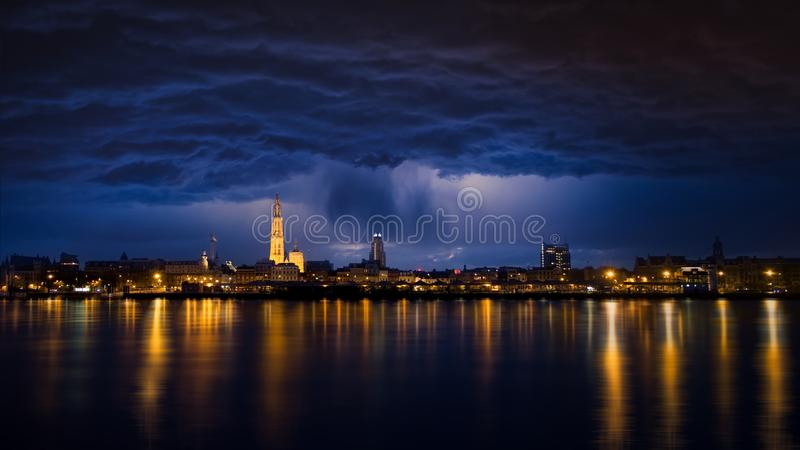 都市风景安特卫普 光在河斯海尔德河反射 免版税库存照片