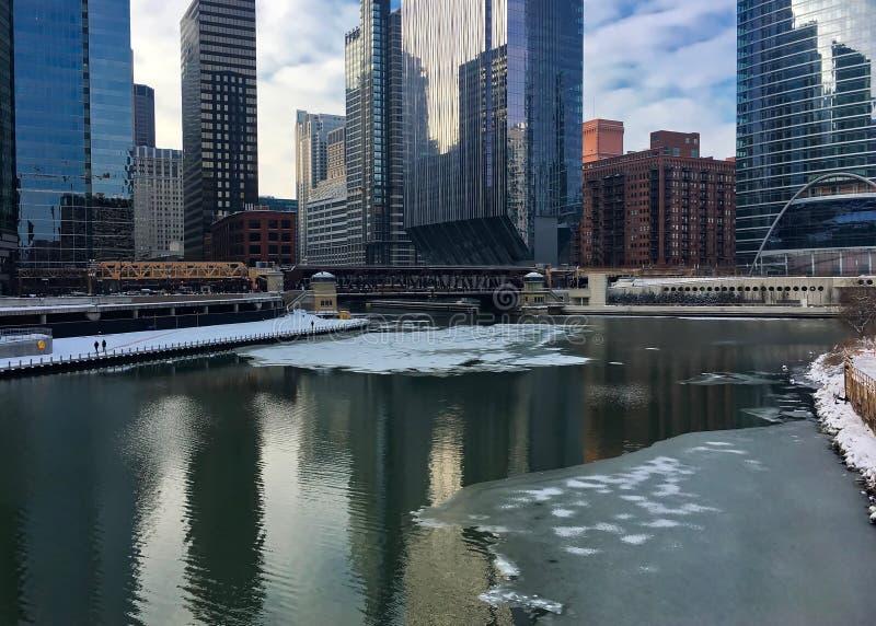 都市风景的早晨反射在有有趣的cloudscape的芝加哥在冰冷的芝加哥河在冬天 免版税库存图片