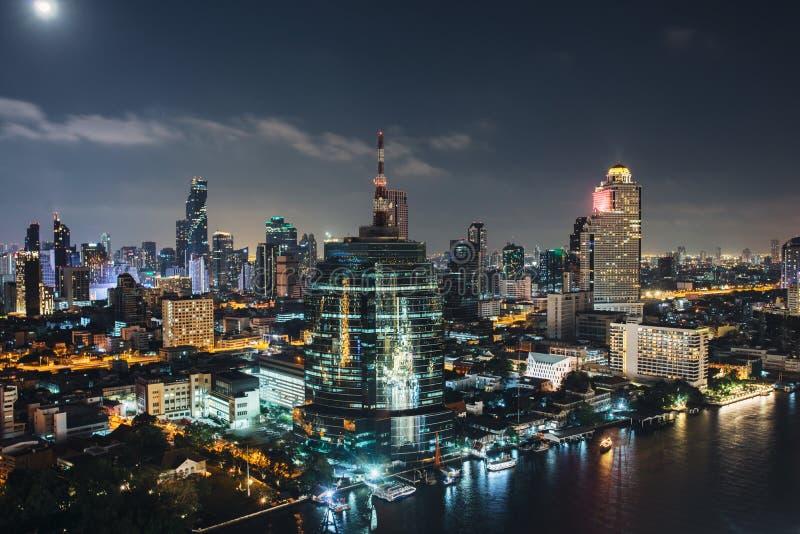 都市风景街市 夜城市都市地平线曼谷,泰国 免版税库存图片