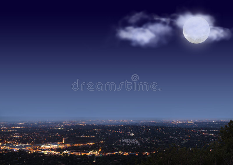 都市风景覆盖月亮晚上 免版税库存图片
