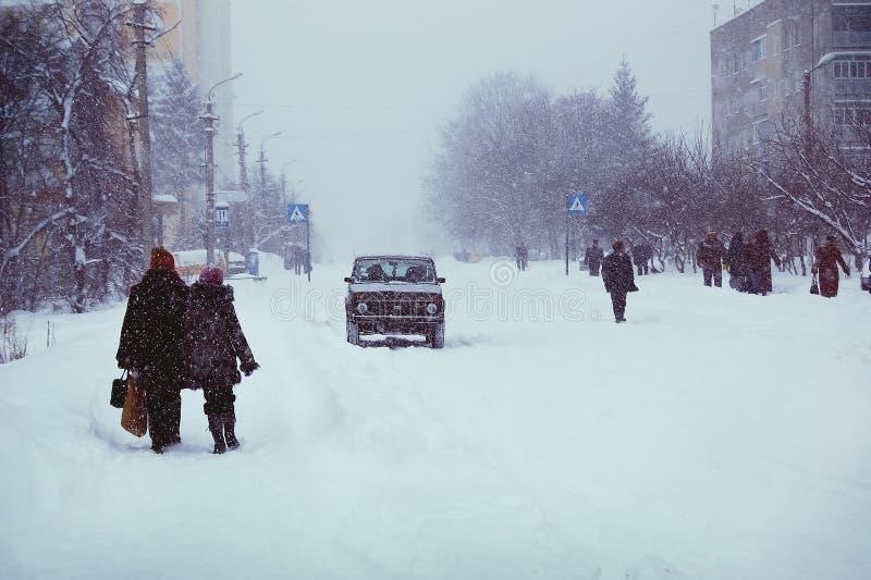 都市风景,与飞雪的一个冷的冬日,人们是strugg 免版税库存图片