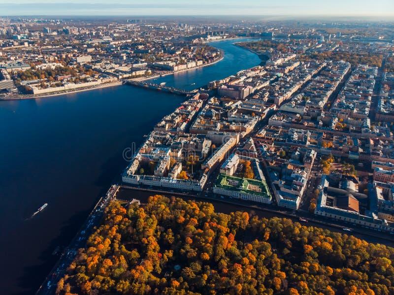 都市风景,秋天树,庭院,内娃河大海,桥梁圣彼德堡 顶视图空中寄生虫 免版税库存图片