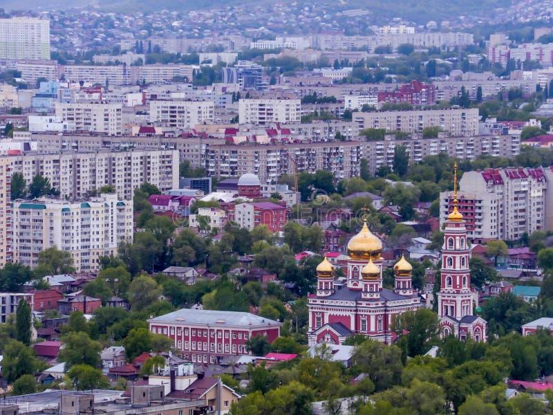 都市风景,从上面的看法 假定大教堂教会kogalym正统俄国西伯利亚城镇处女西部 市萨拉托夫,俄罗斯 春天, 5月 库存图片
