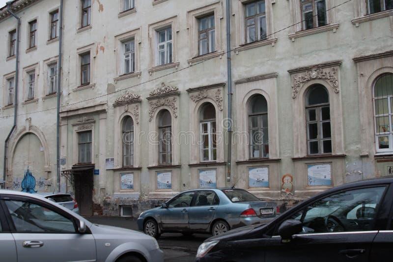 都市风景:古老房子的片段在普希金街道上的 熔铸和大厦装饰的伪造的元素  免版税库存图片