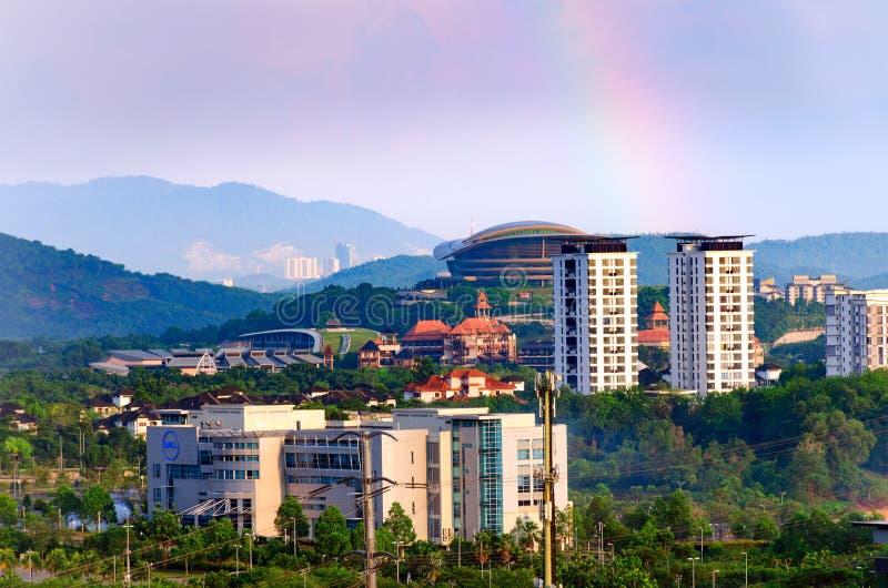 都市风景Dell办公楼,高层建筑物,在前景普特拉贾亚风景 免版税库存照片
