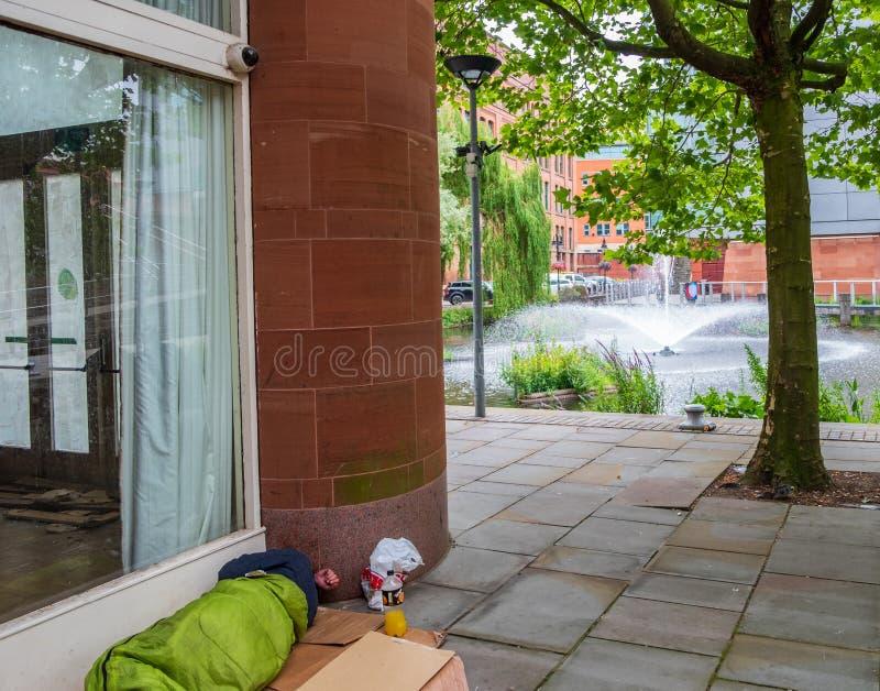 都市21世纪曼彻斯特的矛盾--无家可归的outsid 免版税库存照片