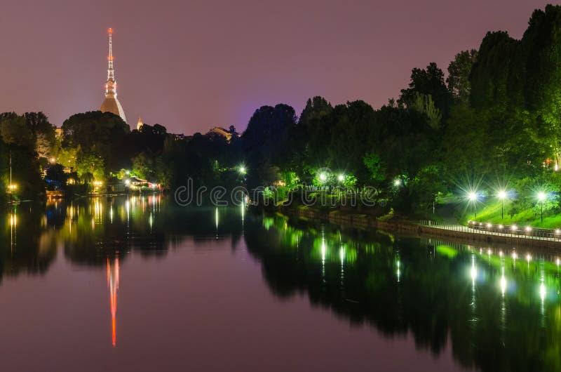 都灵、夜全景有河的Po和痣Antonelliana 免版税库存图片