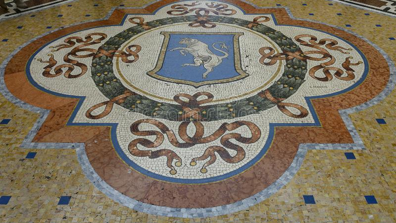 都灵公牛的Mosiac在圆顶场所维托里奥・埃曼努埃莱・迪・萨伏伊的中心II在米兰,意大利的最旧的购物中心 免版税图库摄影