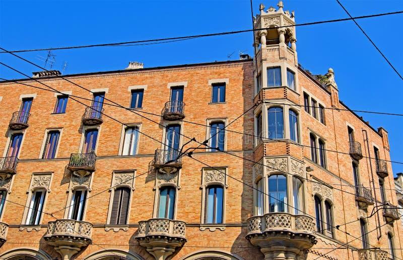 都灵缚住的大阳台和的电车,都灵,利古里亚,意大利 图库摄影
