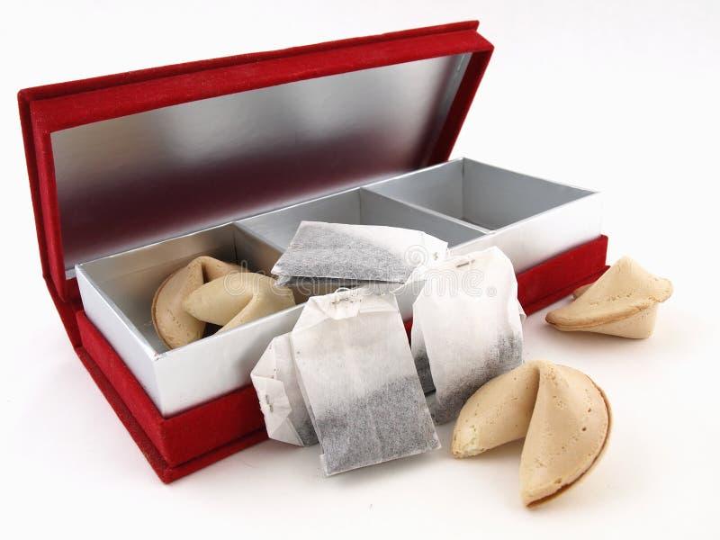 配件箱曲奇饼时运红色茶 免版税图库摄影