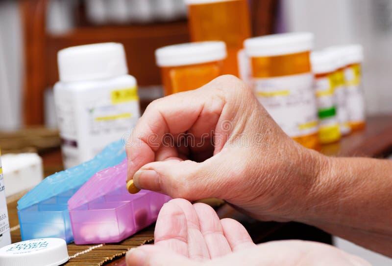 配件箱组织的药片前辈 免版税库存图片