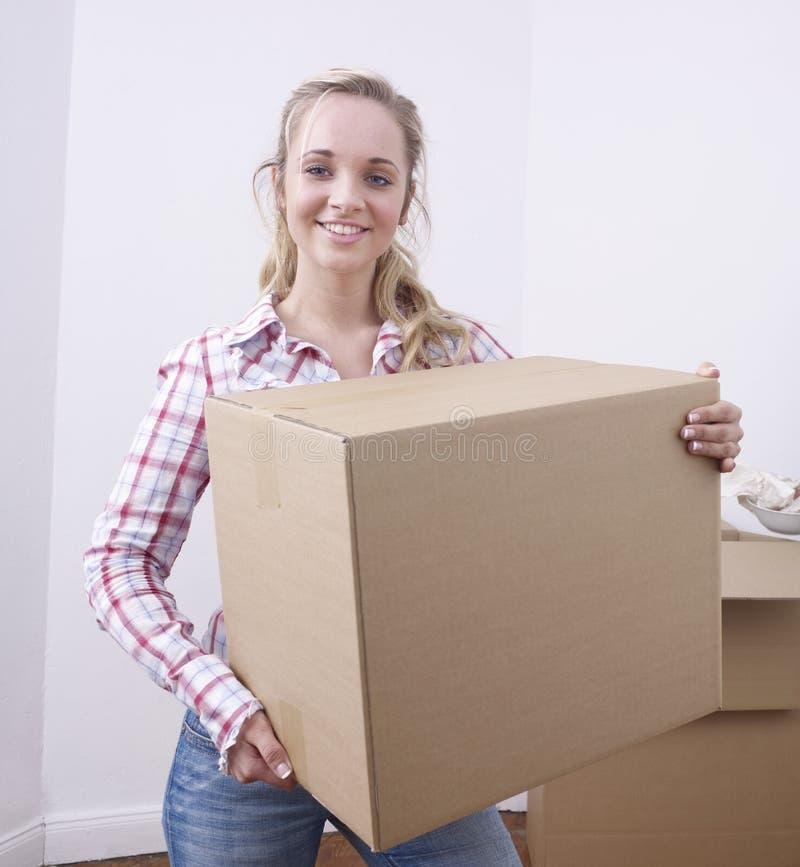 配件箱运载的妇女年轻人 库存照片