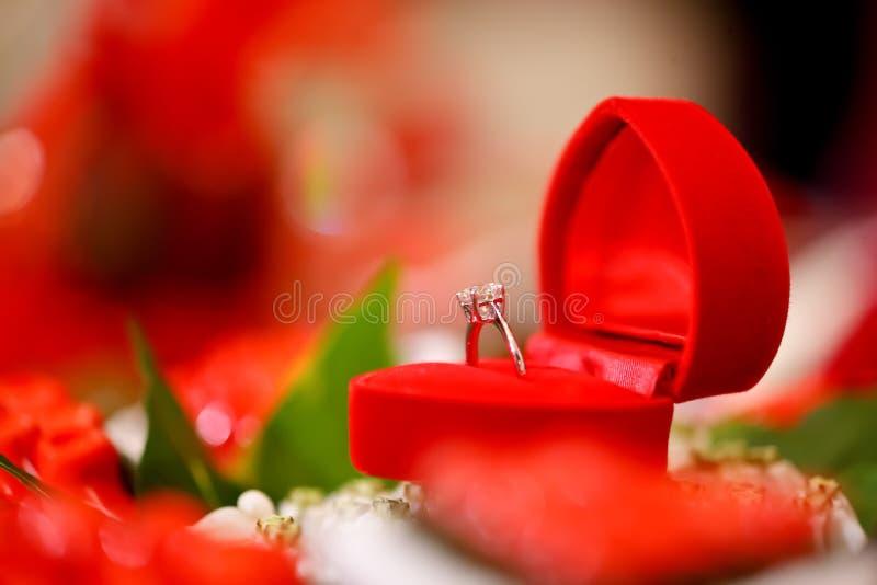 配件箱金刚石重点红色环形婚礼 免版税图库摄影