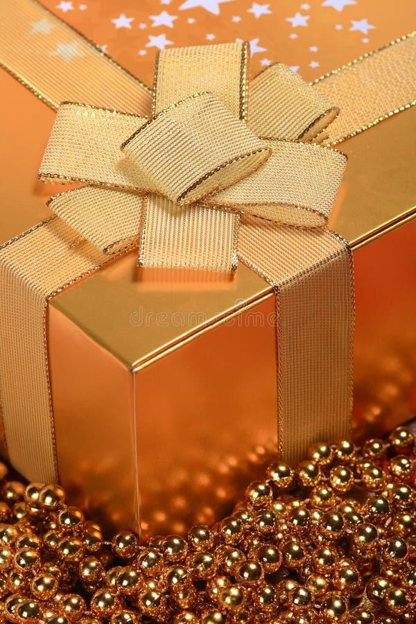 配件箱金黄圣诞节的礼品 免版税库存图片