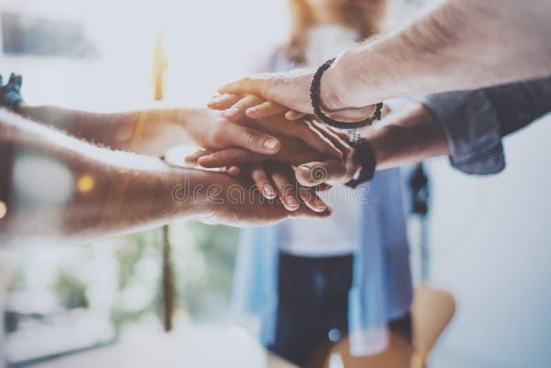 配合企业概念 在他们的会议期间,观点的关闭的小组三个工友一起加入手 水平 库存图片