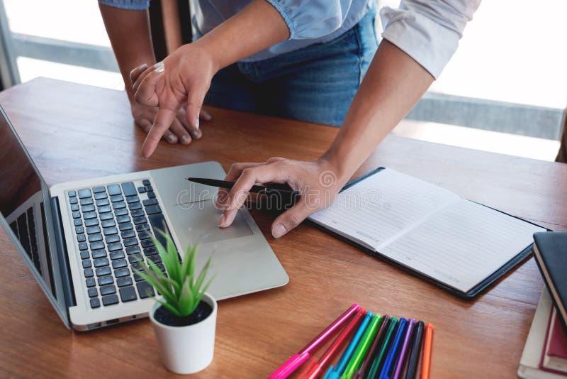 配合公司会议概念,商务伙伴与一起分析起始的财政项目的手提电脑一起使用 库存图片