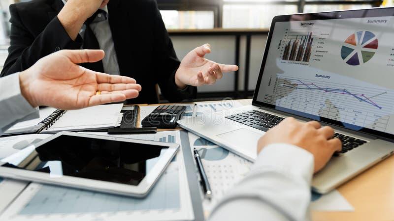 配合公司会议概念,商务伙伴与一起分析起始的财政项目的手提电脑一起使用 免版税库存图片
